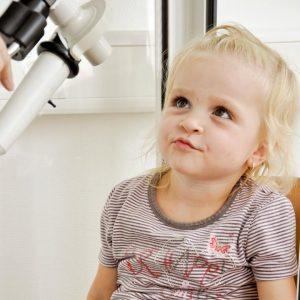 Mädchen beim Lungenfunktionstest