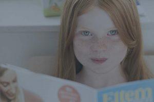 Maedchen liest Elternratgeber