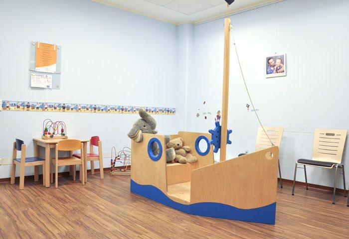 Wartezimmer Dr. Klauck mit Piratenschiff